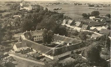Kundby Præstegård foran kirken ca 1930